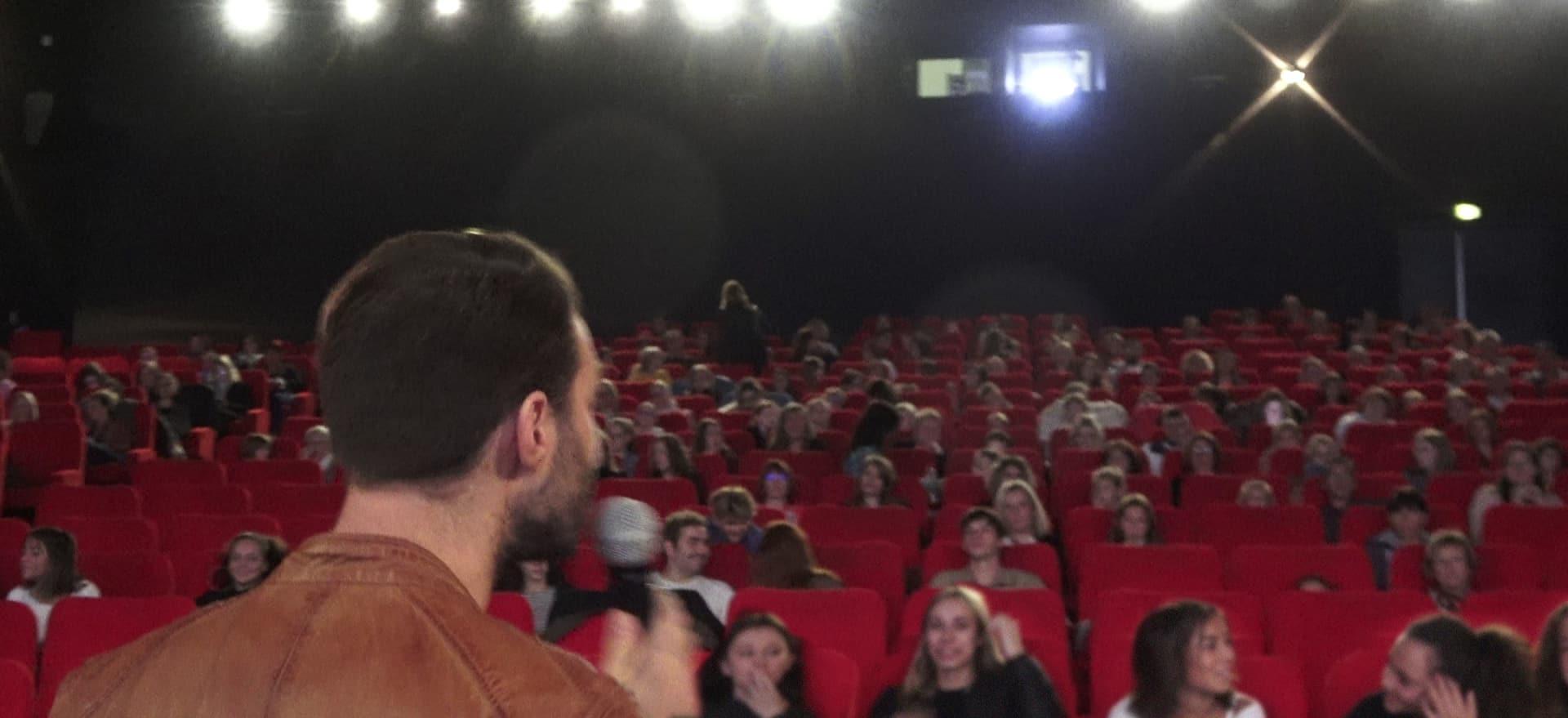 Mathieu Dussaucy prend la parole avant le début la projection au cinéma Le Majestic