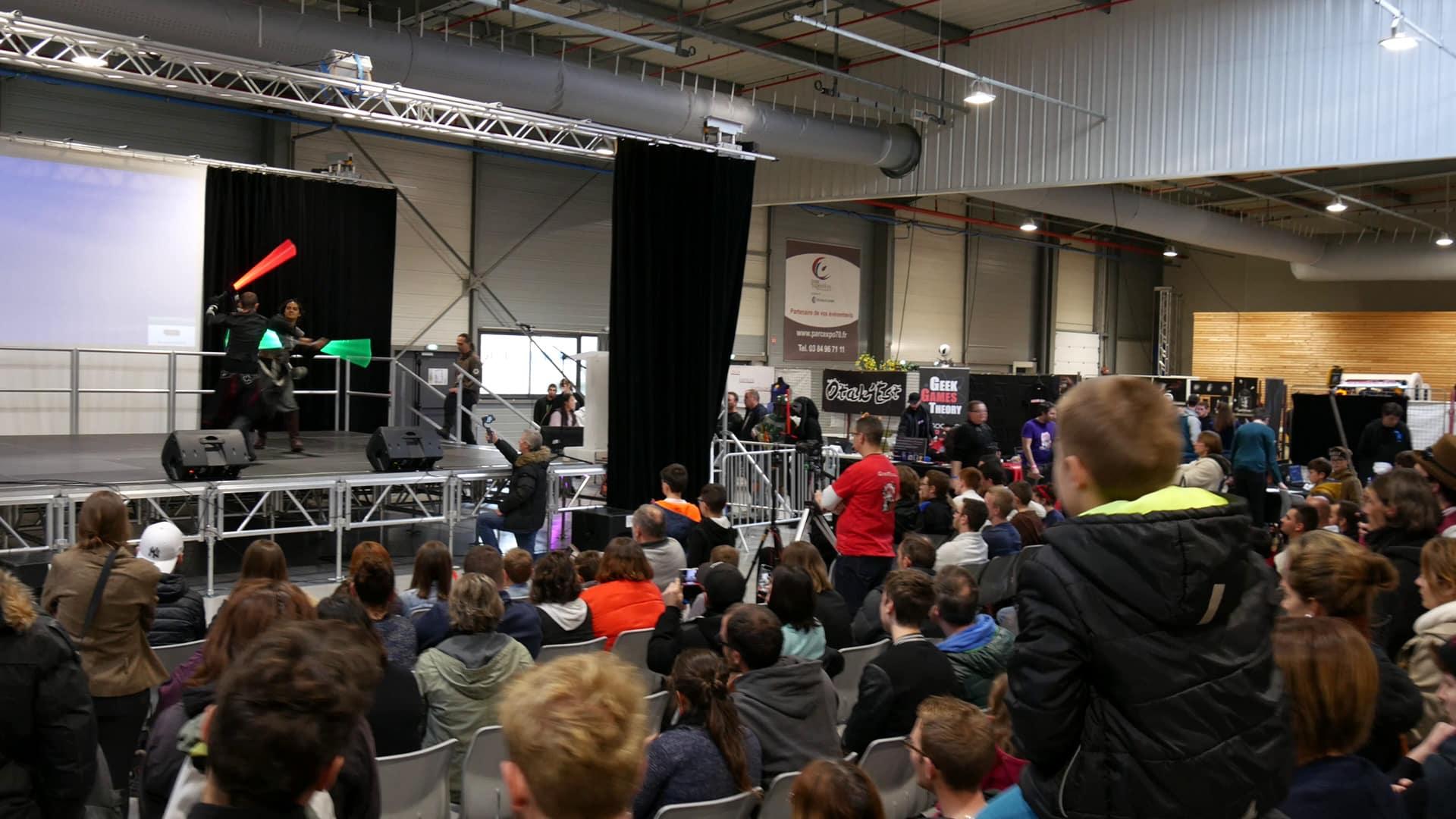 Démonstration de combat de sabre laser au salon Retrogeek festival