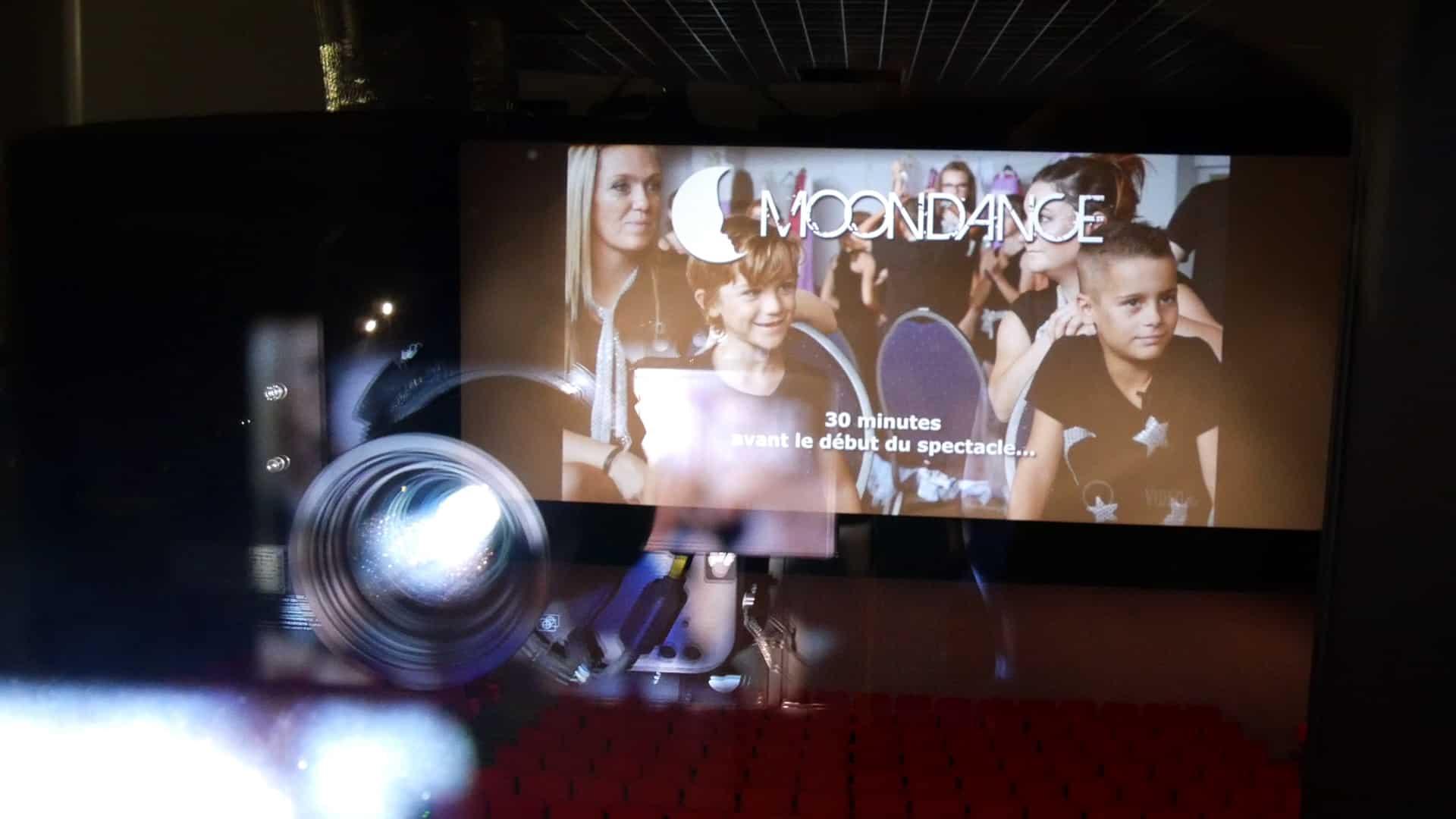 Ali Bali, de 3TOON, teste en cabine la projection du making of, avec Romain Buchot, Directeur du Majestic Vesoul