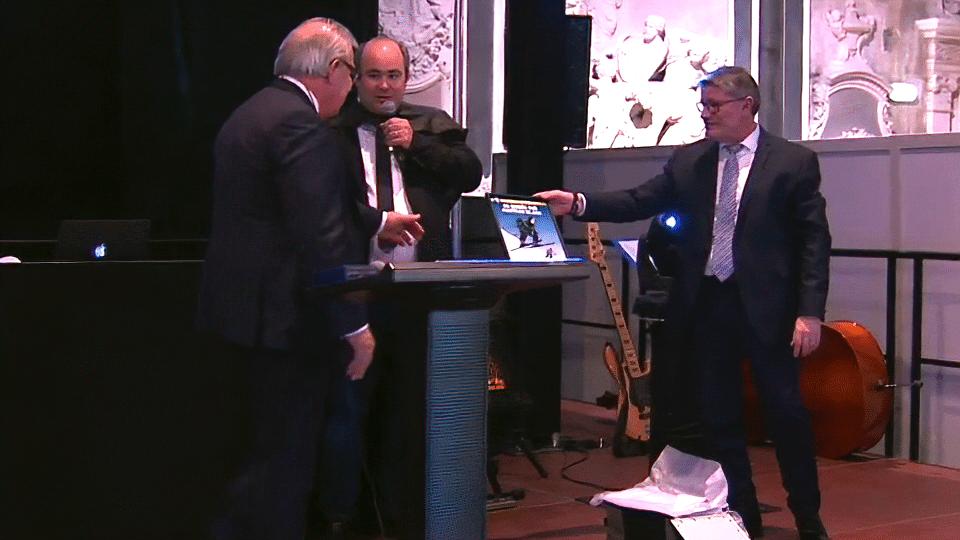 Le fils de René Bartoli et Julien Didry remettent au Directeur Général la collection des couvertures de la saga Bartoli